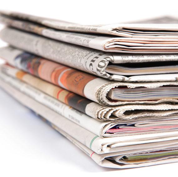 Une pile de journaux. Image pour la société d'information. Le pouvoir est dans le savoir. Il faut rester au courant des choses. Images illustrant l'intérêt pour l'actualité.
